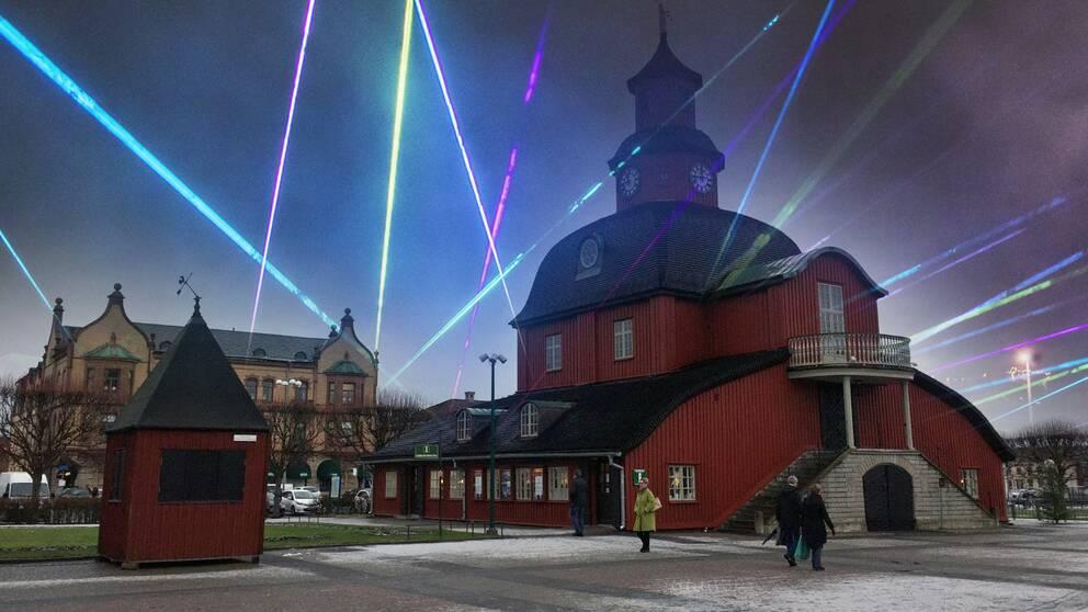 Rådhuset på nya stadens tog belyst av laserstrålar.