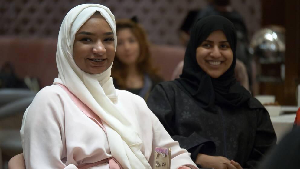 Två saudiska kvinnor som söker jobb som taxichaufförer.