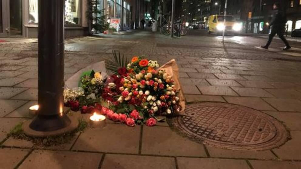 På torsdagskvällen låg det blommor på platsen där mannen hittades.