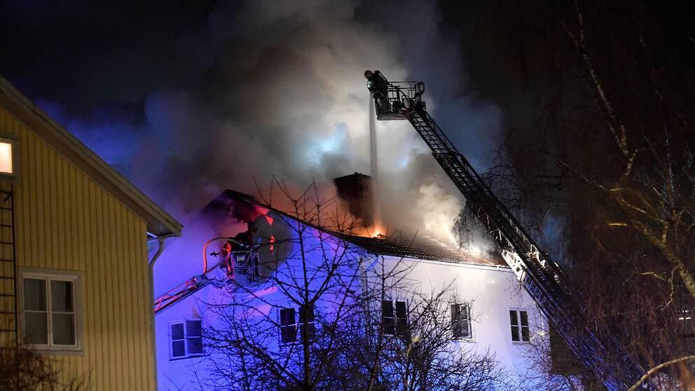 Tre skadade nar tv brann i haninge