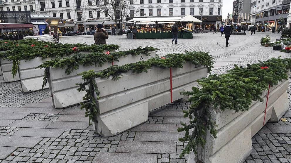 Terrorhinder med granris på vid julmarknaden på Gustav Adolfs torg i Malmö