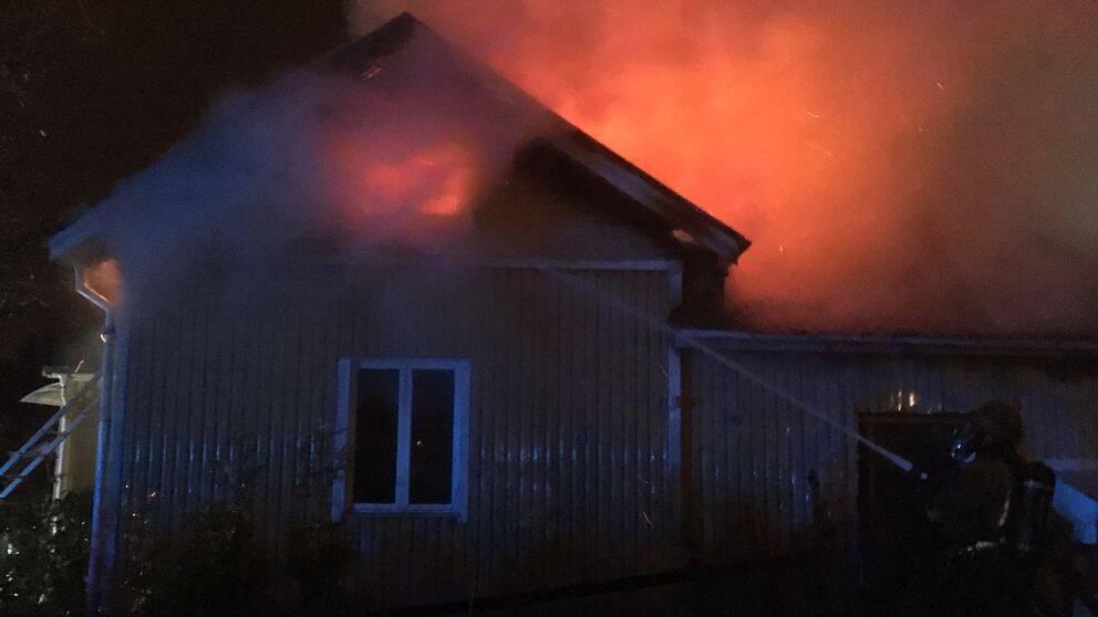 Villa totalforstordes i brand
