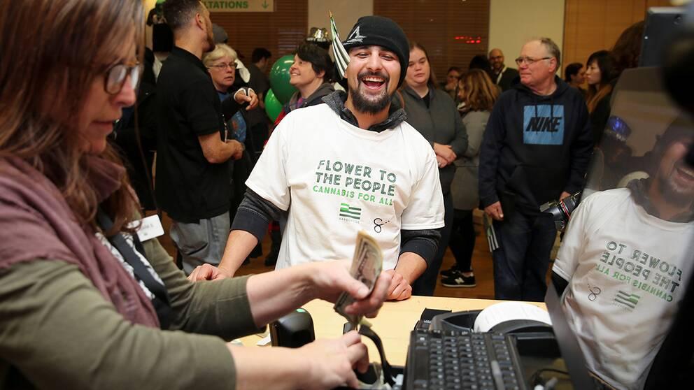 Kunder köper marijuana lagligt i Oakland, Kalifornien.