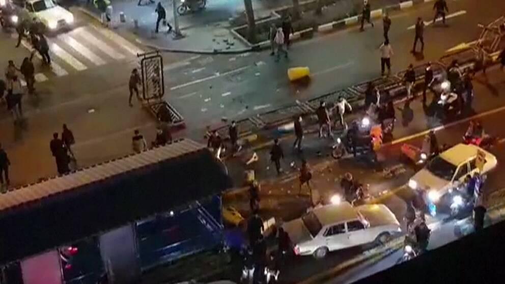 Människor har gett sig ut på gatorna i Tehran för att protestera. Flera har dött i oroligheterna.