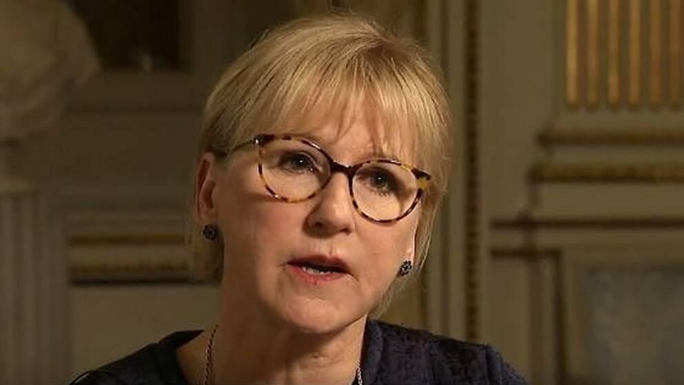 Utrikesminister Margot Wallström (S) varnar Nato för att pressa Sverige.