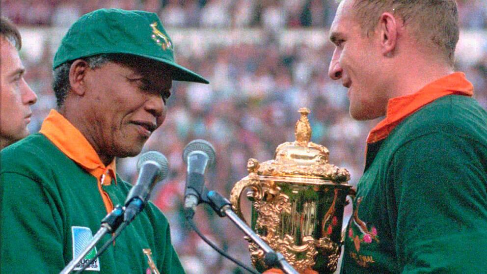En symbol för försoningen i Sydafrika blev uppslutningen kring rugbylandslaget som vann VM på hemmaplan 1995. Mandela med lagets kapten Francois Pienaar