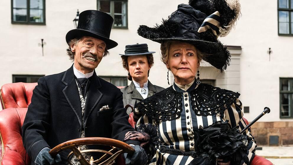 Alma (Lena T. Hansson) med sin uppvaktare Sievert (Johannes Brost). Emmy (Maria Kulle) i mitten.