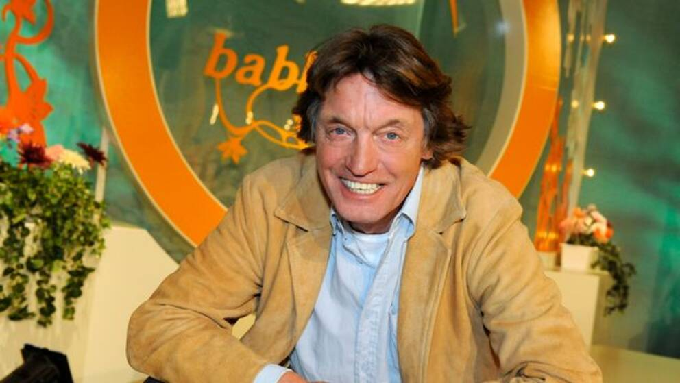 En bild föreställandes Johannes Brost sittandes i soffan i programmet Babben & Co.