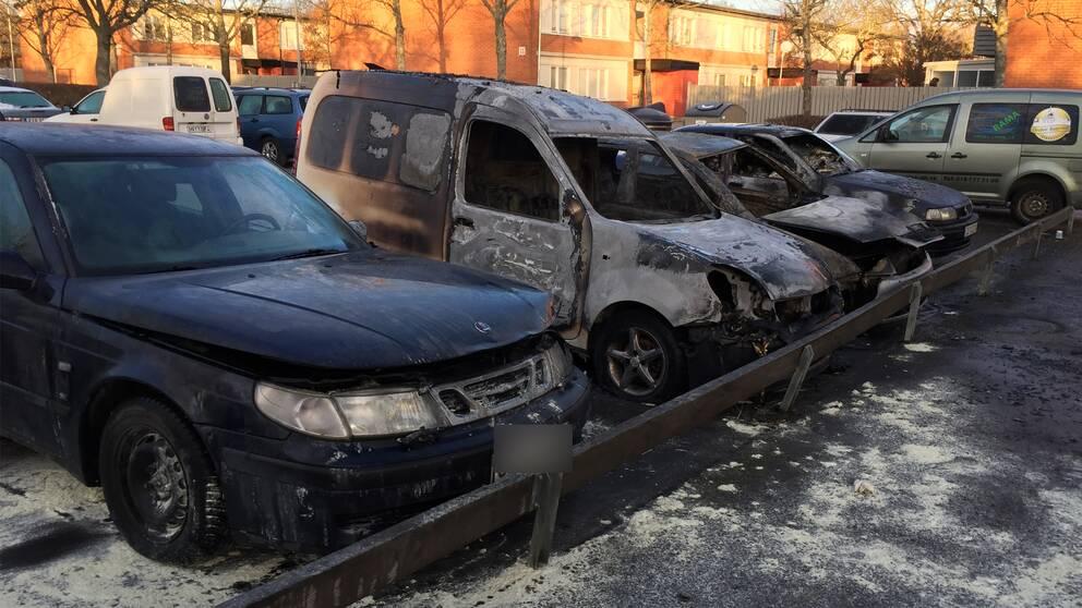 Fyra bilar som skadats i en brand.