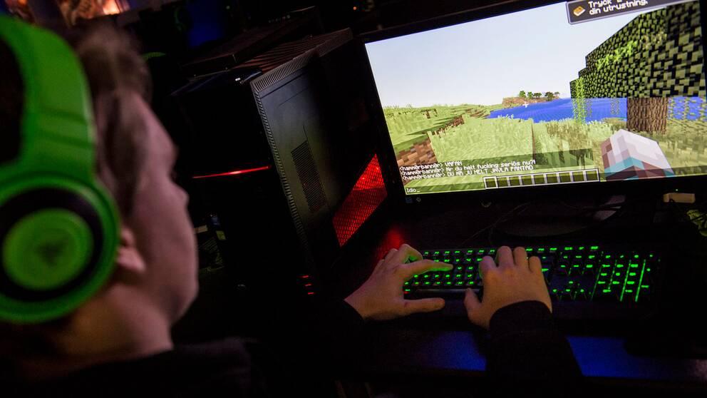 Arkivbild av ung man som spelar dataspel.