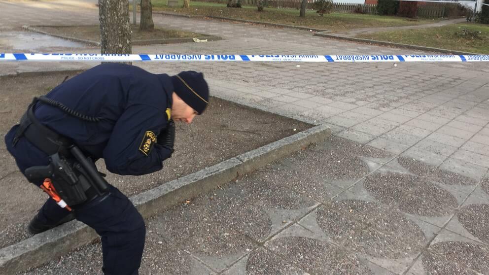 Polisen vid avspärrningen i Vårby gård.