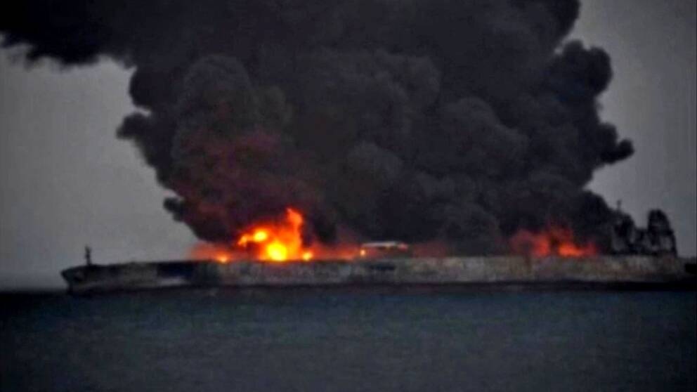 Brinnande oljetanker kan explodera