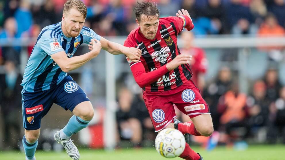 Östersunds Bobo Sollander Jansson mot Djurgårdens Jacob Une Larsson under fotbollsmatchen i Allsvenskan mellan Östersund och Djurgården den 16 juli 2017 i Östersund.