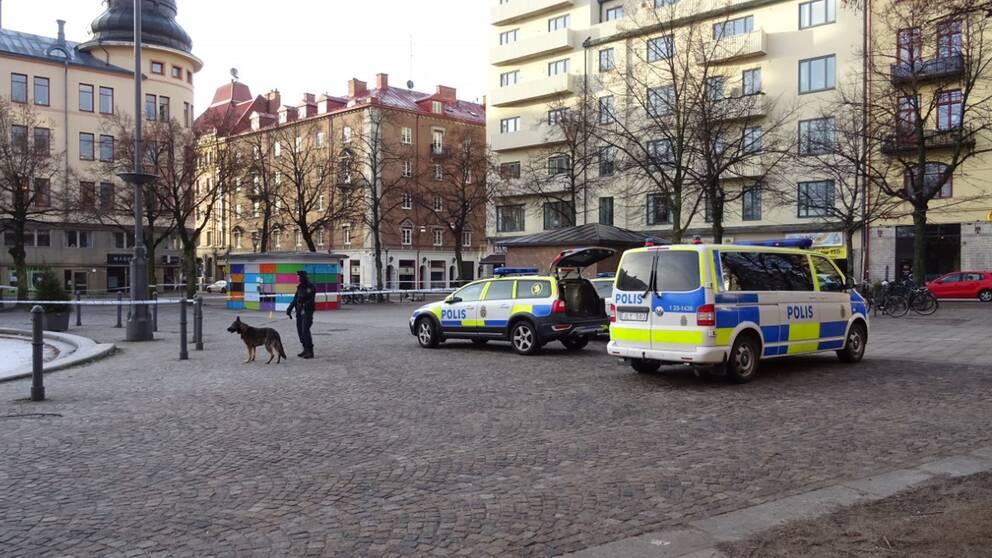 Polisen söker med hund på Järntorget efter ett misstänkt mord.