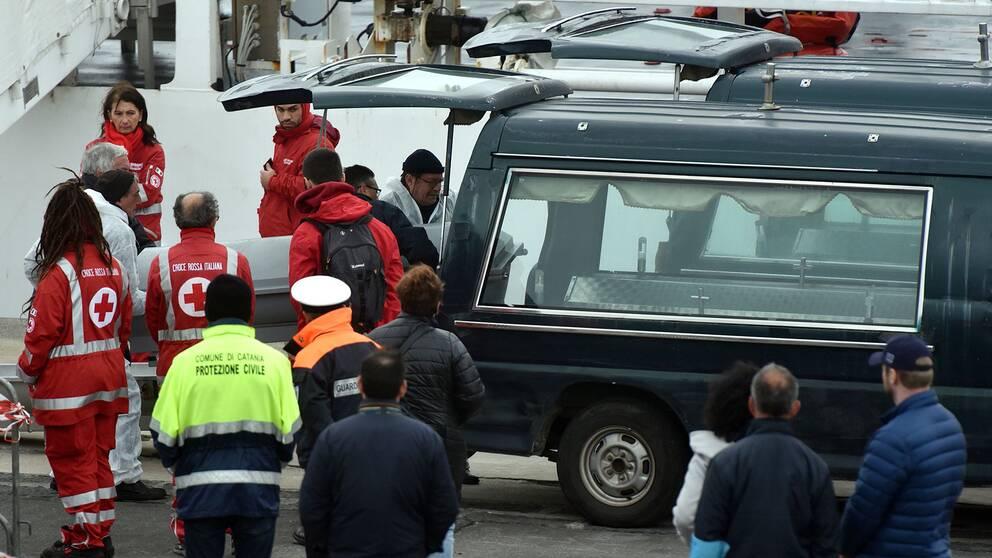 Många migranter dog på Medelhavet i helgen. Kropparna fördes till Italien.