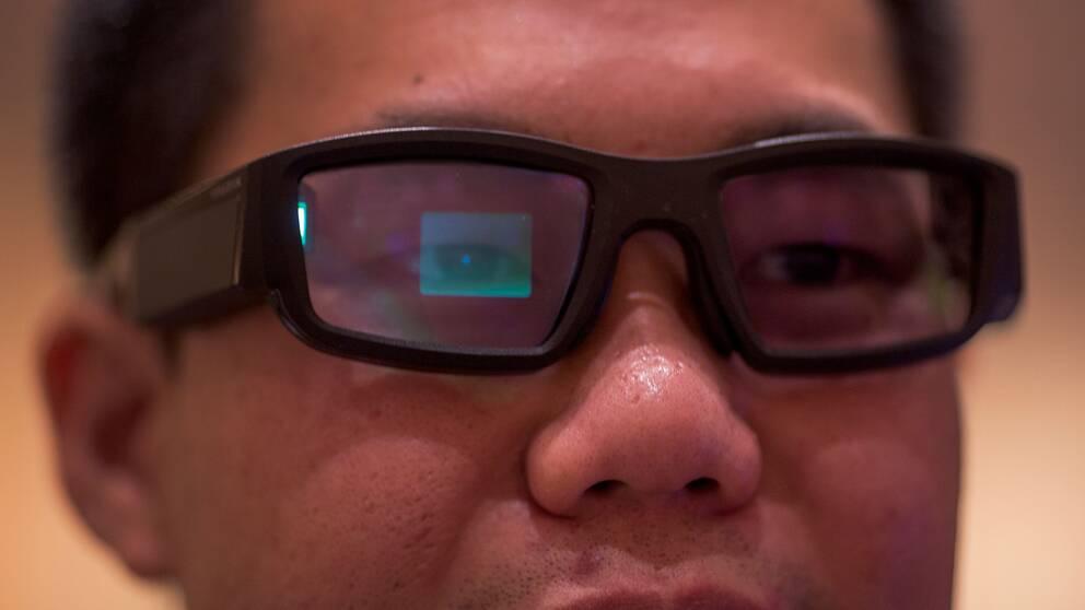 En man bär VR-glasögon på CES-mässan i Las Vegas.