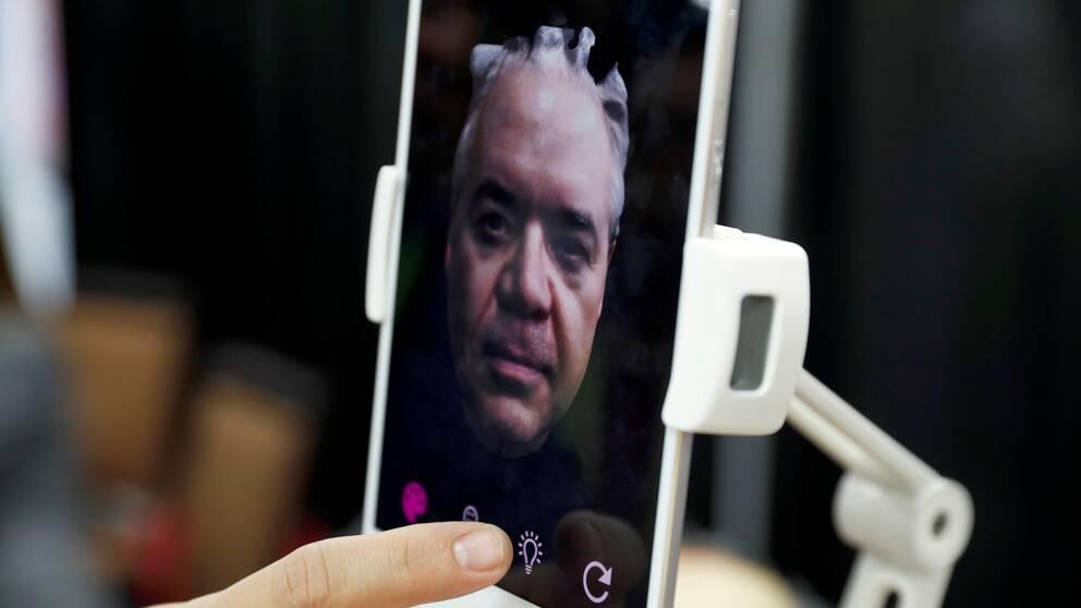 En man testar ansiktsscanning på mässan.