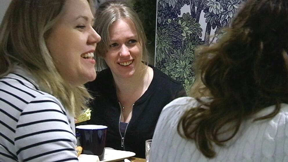 När några av medlemmarna i gruppen Hallandstjejer träffas blir det bland annat fika. Emelie Bengtsson (till vänster i förgrunden) är en av grundarna.