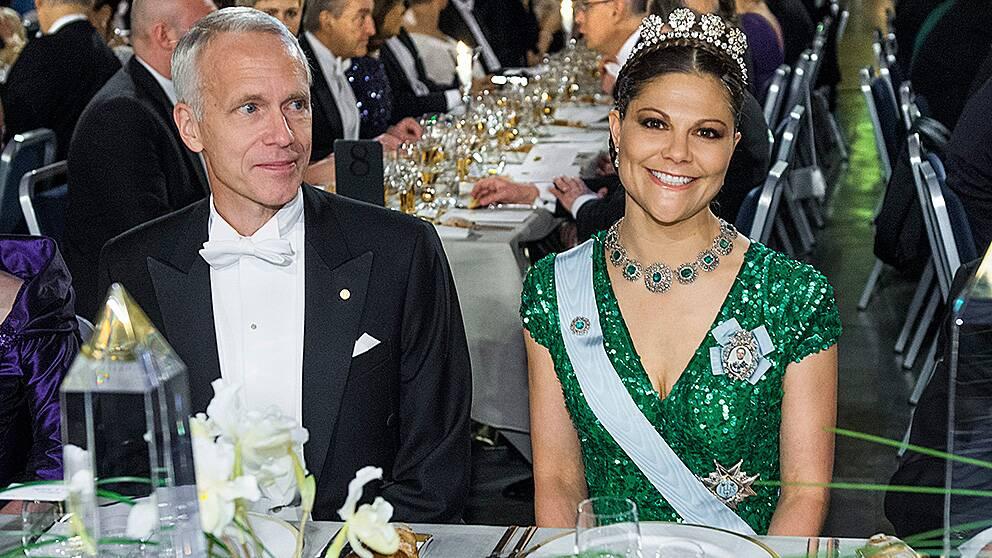 Kronprinsessan Victoria med kemipristagaren Brian K Kobilka vid Nobelfesten 2012. I år kommer hon i stället att närvara vid minneshögtiden för Nelson Mandela.