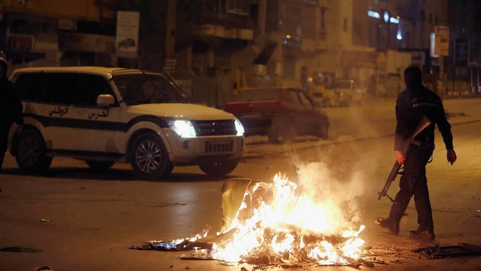 Soldater och kravallpoliser har kallats in för att stävja oroligheterna i Tunisien.