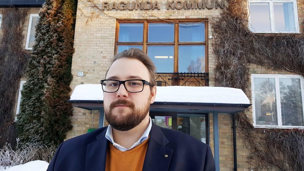 bild på Jonas Andersson (S) kommunalråd i Ragunda framför kommunhuset i ragunda