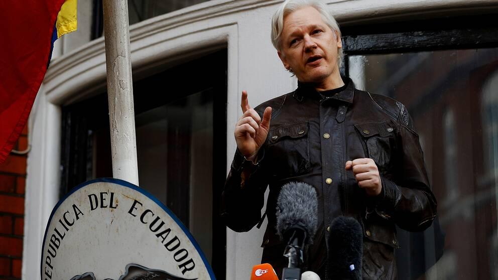 Julian Assange talar från den ecuadorianska ambassadens balkong i London. Arkivbild.