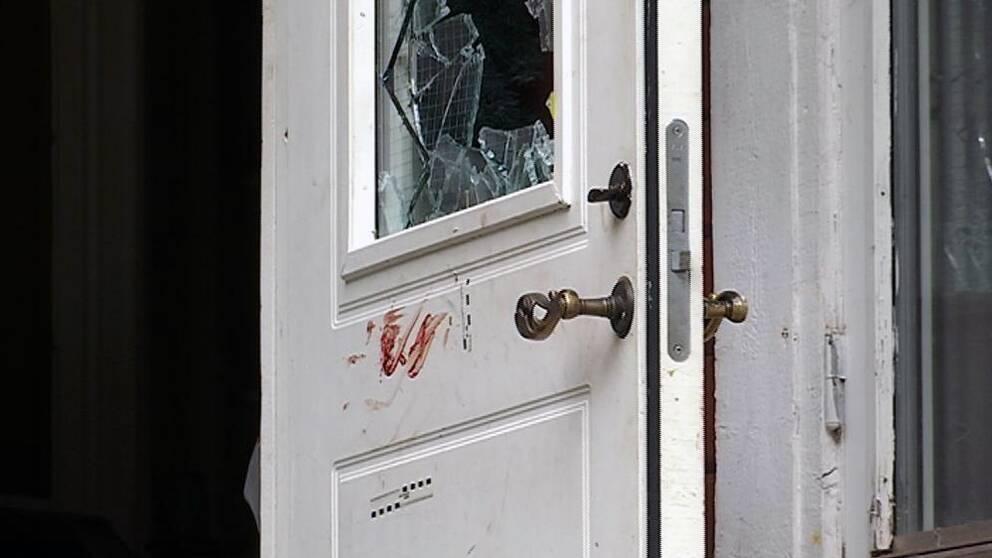 Blod på dörr med krossat fönster