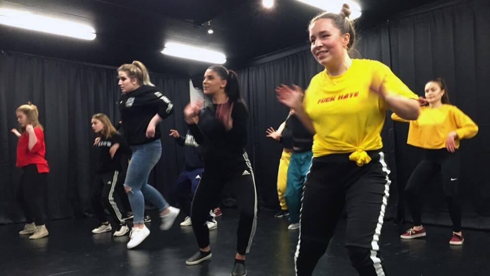 Det är redan full aktivitet i Exiled Dance Crews nya lokaler, som i kväll ska invigas officiellt.