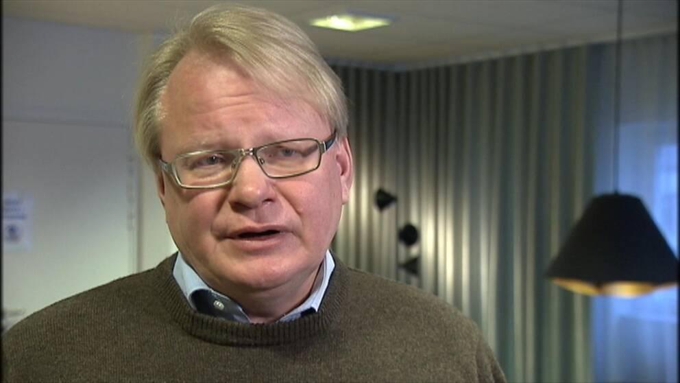 Försvarsminister Peter Hultqvist anser att outsourcing gjort Sverige känsligare för attacker och att det civila försvaret är i behov av att rustas upp.