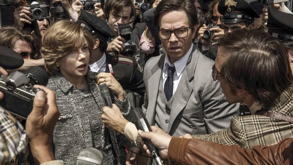 """""""All the money in the world"""", filmen som tidigare hade Kevin Spacey i huvudrollen, kritiseras efter att manliga Mark Wahlberg fått 1.500 gånger mer i lön än kvinnliga Michelle Williams."""