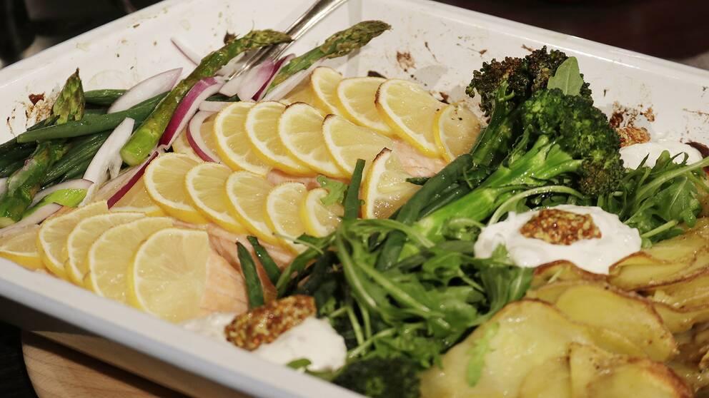 Citronbakad lax med grönsaker.