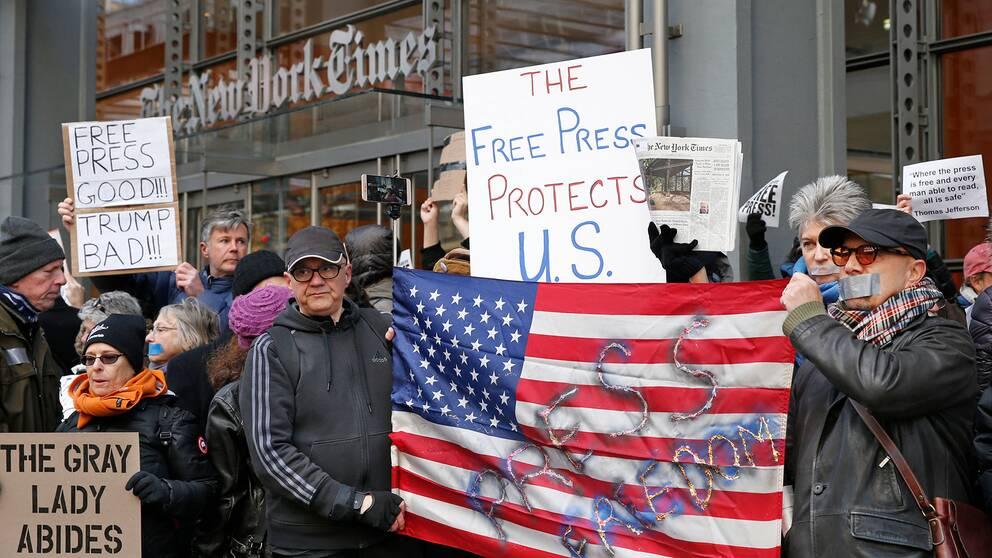 Demonstranter för pressfrihet utanför New York Times redaktion i New York, USA, i februari 2017.
