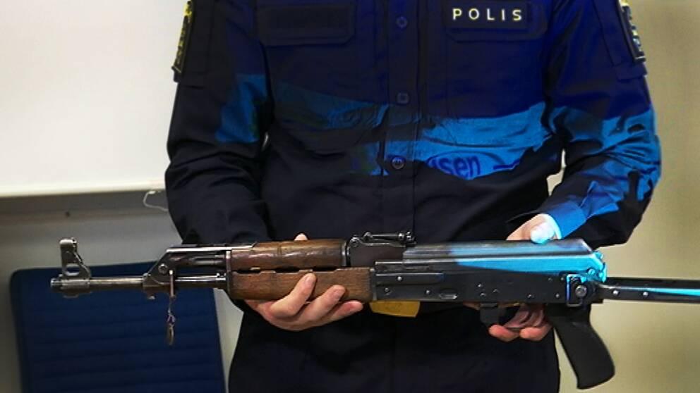 Polisen visar en kalashnikov, ett av de vapen som finns i omlopp.
