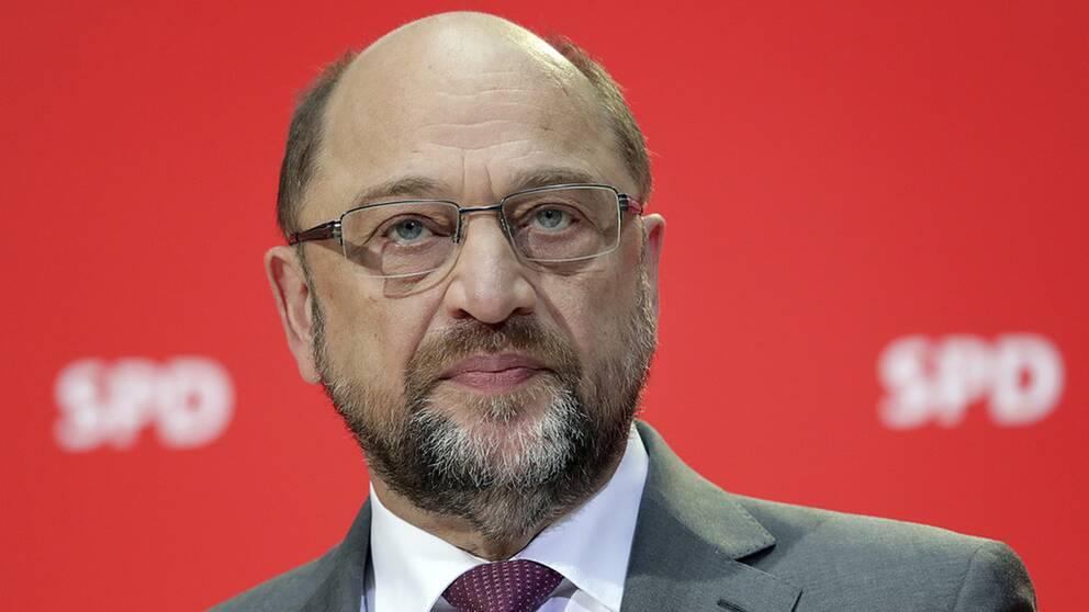 SPD:s partiledare Martin Schulz har satsat mycket prestige och hoppas att partiet godkänner fortsatta regeringsförhandlingar med Angela Merkel.