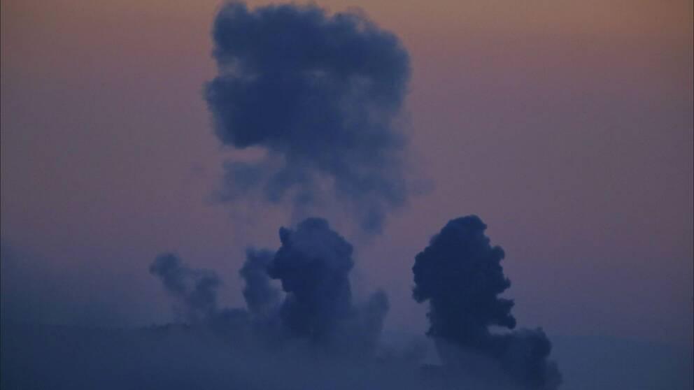 Rök stiger från Syrien efter att Turkiet attackerat kurdiska posteringar med flyg