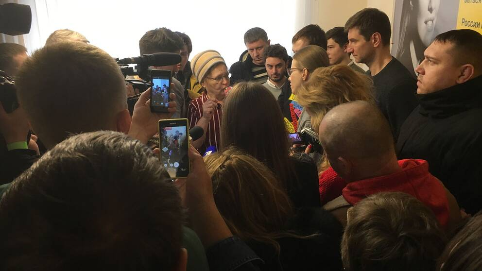 Presidentkandidaten Ksenia Sobtjak, omringad av väljare och journalister.