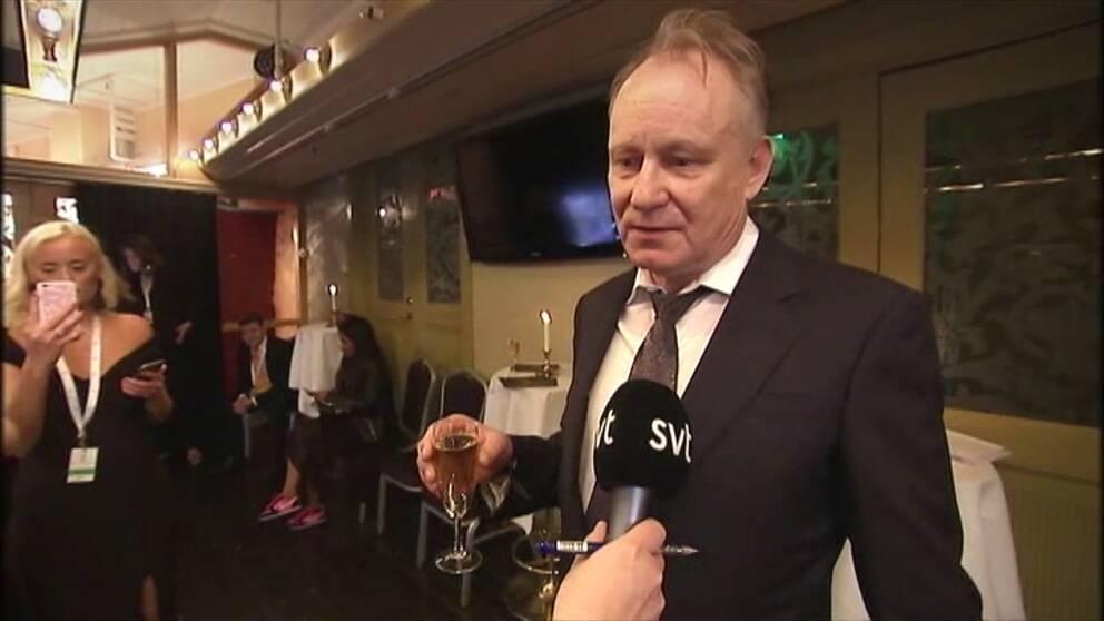 Skarsgard delar ut pris pa guldbaggegalan