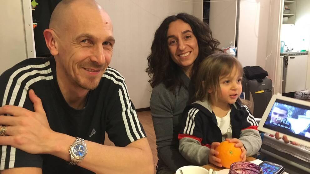 Konstnärerna och Pussy Riotmedlemmarna Aleksej Knedljakovskij, Lusine Dzjanyan med sonen Tigran, 2 år.