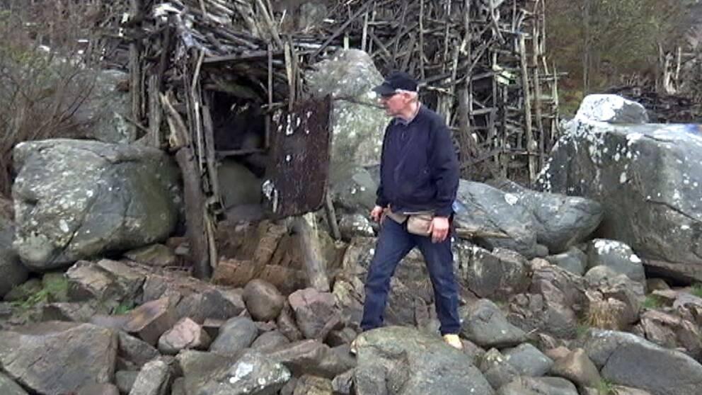 Lars Vilks när han återuppbyggde Nimis.