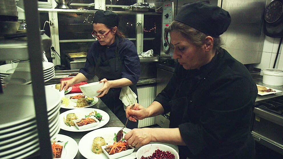 Marzieh Zarei och Nasrin Marzban har fått jobb på en persisk restaurang i Stockholm.