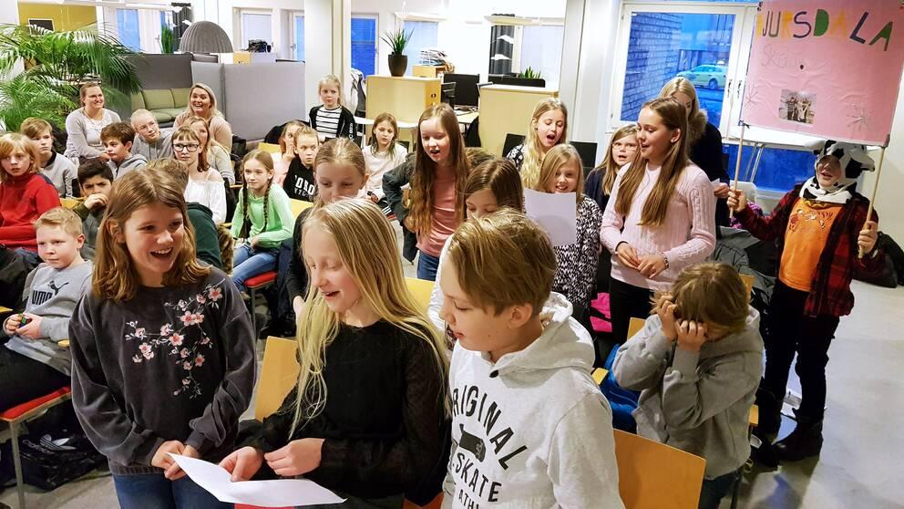 Djursdala skola drar i gång en hejarramsa för att heja på klasskompisarna Linnea Vellet och Torsten Bergman som tävlar i Vi i femman.