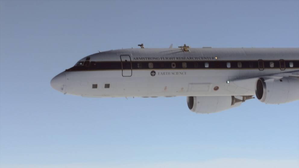 Det flygande forskningslabbet mäter sotpartiklar i kondensstreckens iskristaller och hur biobränsle påverkar utsläppen.