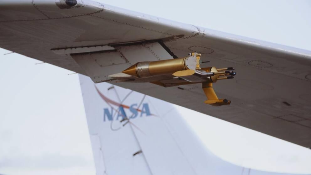 Sotpartiklarna mäts via raketliknande mätinstrument som finns fästa på utsidan av forskningsplanet.