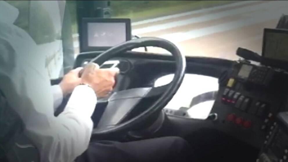 Chaufför som använder mobiltelefon