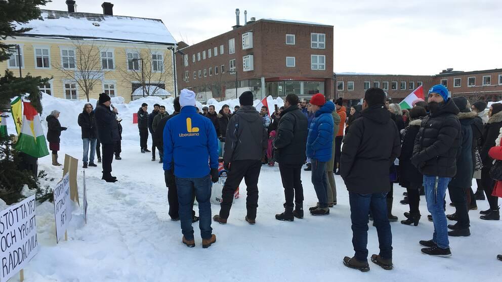 folksamling på torg, vintertid
