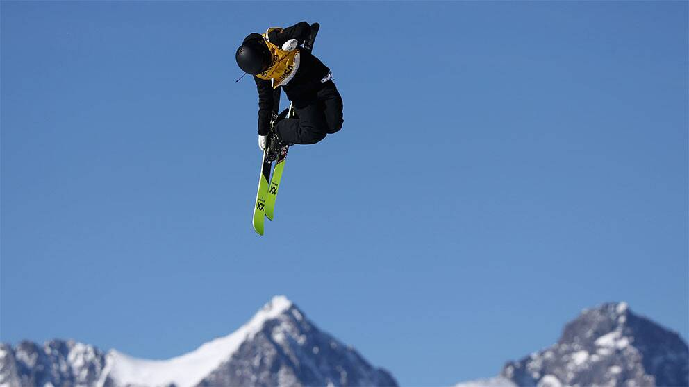 skidåkare i luften under hopp