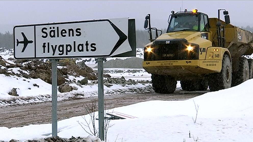 Skylt Sälens flygplats, arbetsfordon dumper
