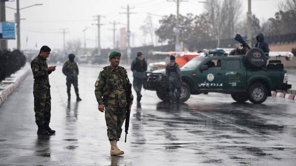 Afghansk säkerhetspersonal patrullerar i närheten av militärakademien Marshal Fahim.