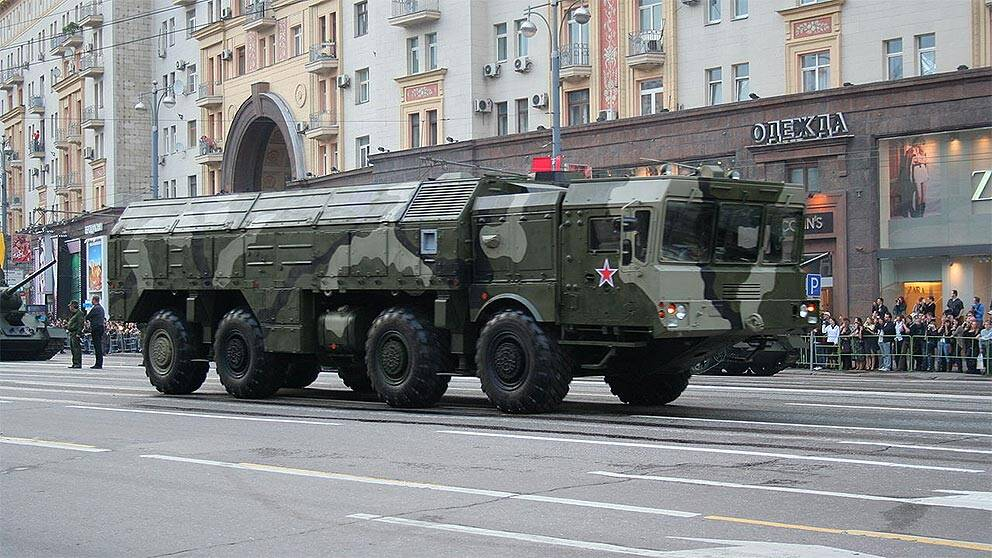 9K720 Iskander (NATO-rapporteringsnamn: SS-26 Stone) är en rysk mobil ballistisk kortdistansrobot. Här vid segerparaden i Moskva 2010.