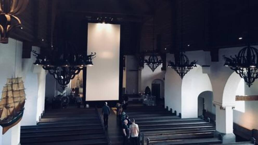 Den vertikala bioduken sattes på tisdagen upp i Masthuggskyrkan.